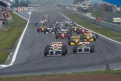 Damon Hill precede Alain Prost, anche lui su Williams FW15C Renault, Ayrton Senna, McLaren MP4/8 Ford, Michael Schumacher, Riccardo Patrese, entrambi su Benetton B193B Ford's, Jean Alesi, Ferrari F93A, e Michael Andretti, McLaren MP4/8 Ford, alla partenza