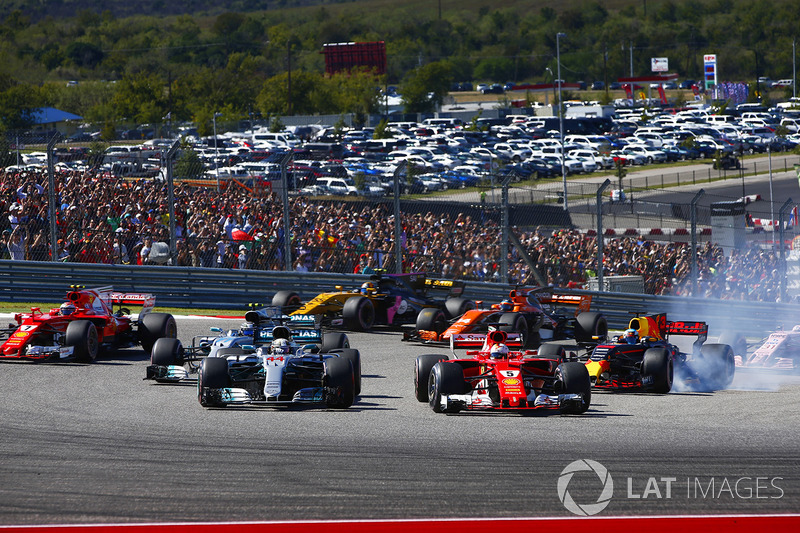 Lewis Hamilton, Mercedes AMG F1 W08, Sebastian Vettel, Ferrari SF70H, al inicio