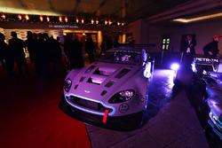 Un Aston Martin y Mercedes en exhibición