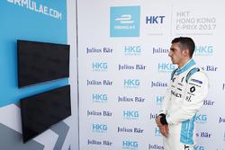 Sébastien Buemi, Renault e.Dams, guarda lo schermo durante le qualifiche