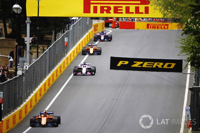 Stoffel Vandoorne, McLaren MCL33 Renault, Sergio Perez, Force India VJM11 Mercedes, Fernando Alonso, McLaren MCL33 Renault