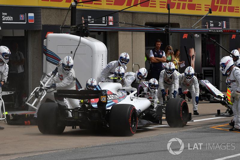 Sergey Sirotkin, Williams FW41, hace un pit stop