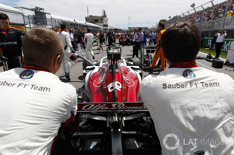 Charles Leclerc, Sauber, arrives on the grid