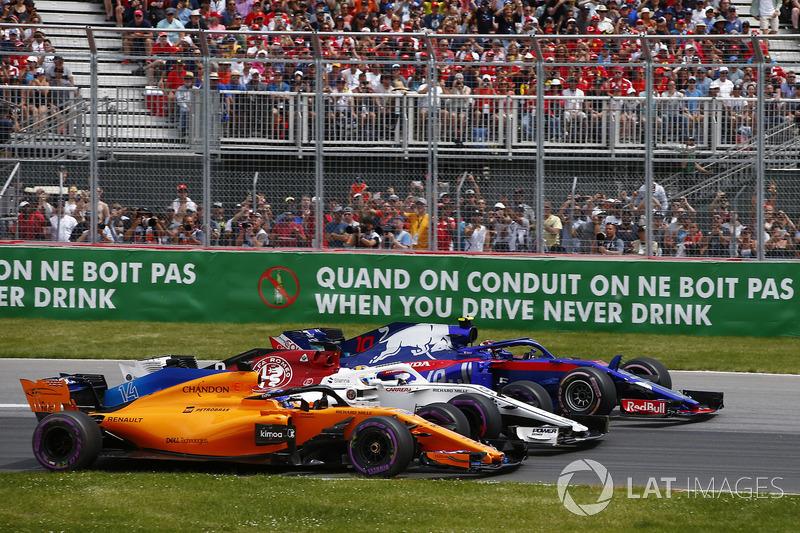 Fernando Alonso, McLaren MCL33, en lutte avec Marcus Ericsson, Sauber C37 et Pierre Gasly, Toro Rosso STR13