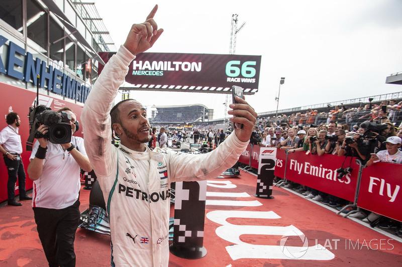 Il vincitore della gara Lewis Hamilton, Mercedes-AMG F1, festeggia con un selfie nel parco chiuso
