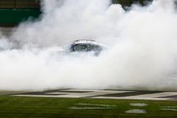 Martin Truex Jr., Furniture Row Racing Toyota Camry, Celebra con donas