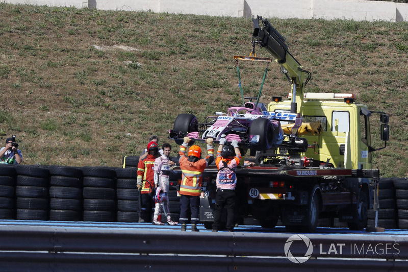 The car of Sergio Perez, Force India VJM11 is recovered in FP2