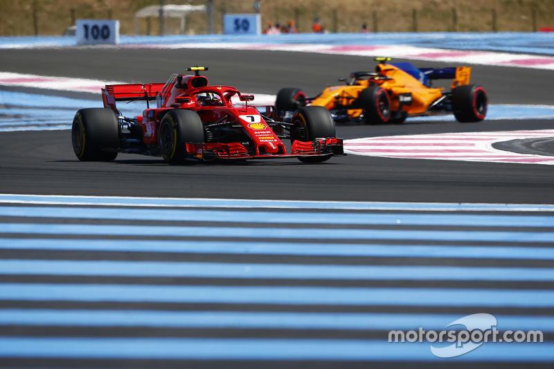 Kimi Raikkonen, Ferrari SF71H, precede Stoffel Vandoorne, McLaren MCL33