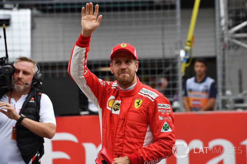 Il terzo qualificato Sebastian Vettel, Ferrari festeggia nel parco chiuso
