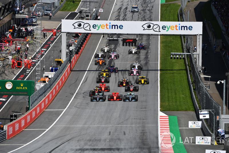 Lewis Hamilton, Mercedes-AMG F1 W09, Valtteri Bottas, Mercedes-AMG F1 W09 e Kimi Raikkonen, Ferrari SF71H, in battaglia alla partenza della gara
