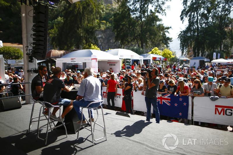 Romain Grosjean, Haas F1 Team, et Kevin Magnussen, Haas F1 Team, sur scène