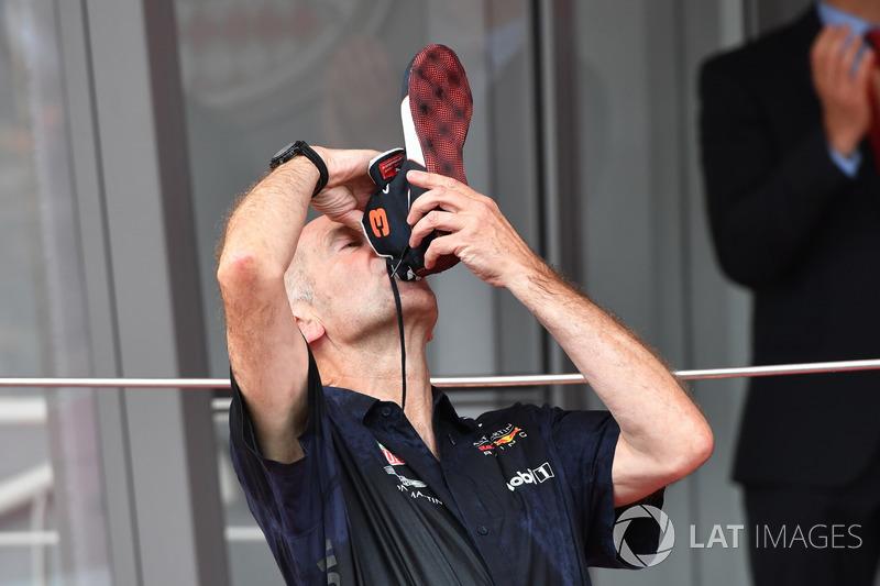 """Adrian Newey, Red Bull Racing fête la victoire sur le podium avec un """"shoey"""""""