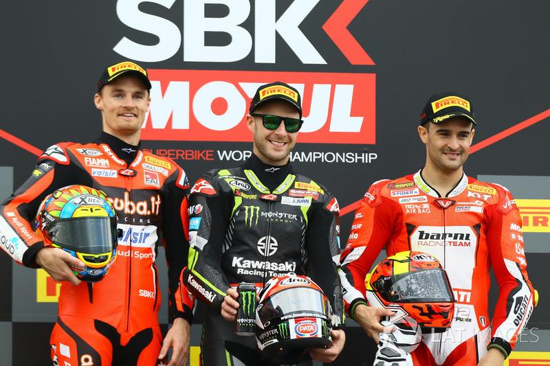 Podio: il secondo classificato Chaz Davies, Aruba.it Racing-Ducati SBK Team, il vincitore della gara Jonathan Rea, Kawasaki Racing, il terzo classificato Xavi Fores, Barni Racing Team