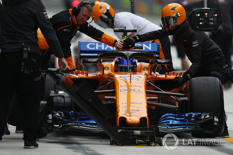 Fernando Alonso, McLaren MCL33 Renault, in the pits during practice