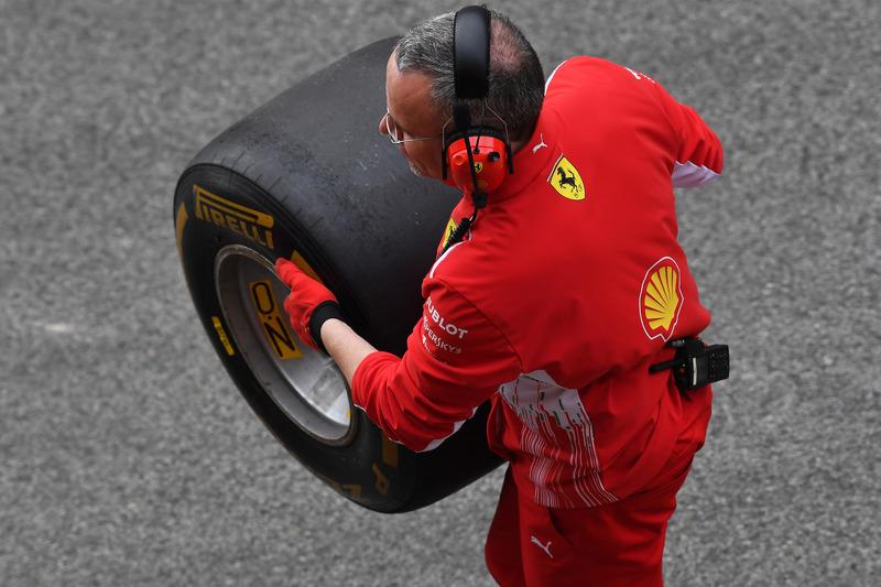 Un mecánico de Ferrari con un neumático Pirelli