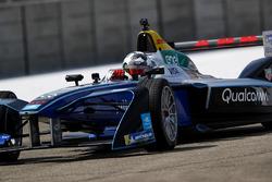 Jon Olsson, corredor de esquí alpino, en pista en el coche de carreras de Fórmula E