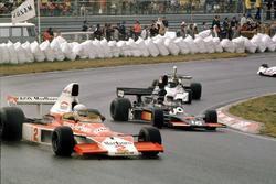 Jochen Mass,McLaren M23 Ford devant Tom Pryce, Shadow DN5A Ford