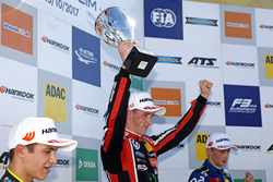 Podium: Racewinnaar Joel Eriksson, Motopark Dallara F317 - Volkswagen