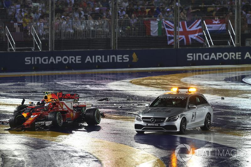Los coches chocados de Max Verstappen, Red Bull Racing RB13 y Kimi Raikkonen, Ferrari SF70H con el coche médico