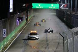 Le Safety Car devant Lewis Hamilton, Mercedes AMG F1 W08
