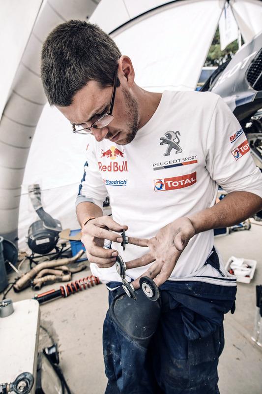 Mechaniker von Peugeot Sport bei der Arbeit