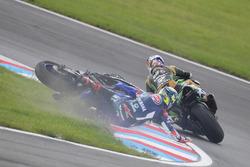 Crash von Kenan Sofuoglu, Kawasaki Puccetti Racing, Federico Caricasulo, GRT Yamaha Official WorldSSP Team
