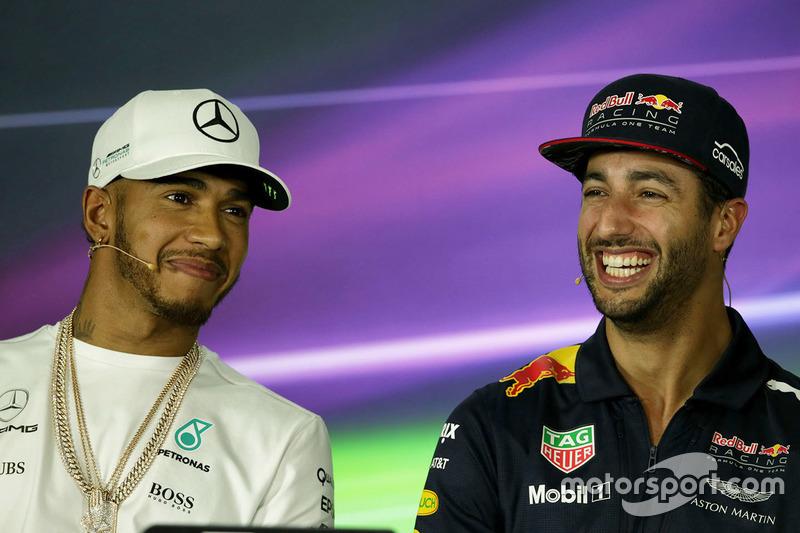 Lewis Hamilton, Mercedes AMG F1; Daniel Ricciardo, Red Bull Racing