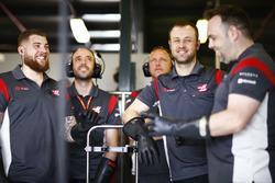 Инженеры Haas F1 Team в гараже