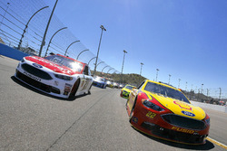 Joey Logano, Team Penske Ford and Ryan Blaney, Wood Brothers Racing Ford lead the field at the start of the race