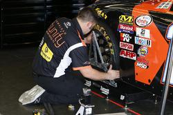 Teammitglied am Auto von Daniel Suarez, Joe Gibbs Racing, Toyota