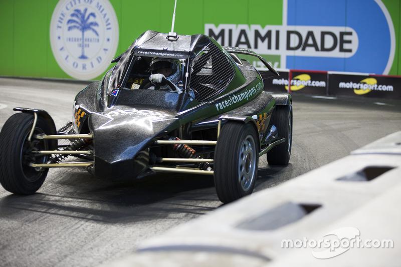Tony Kanaan maneja el ROC Car