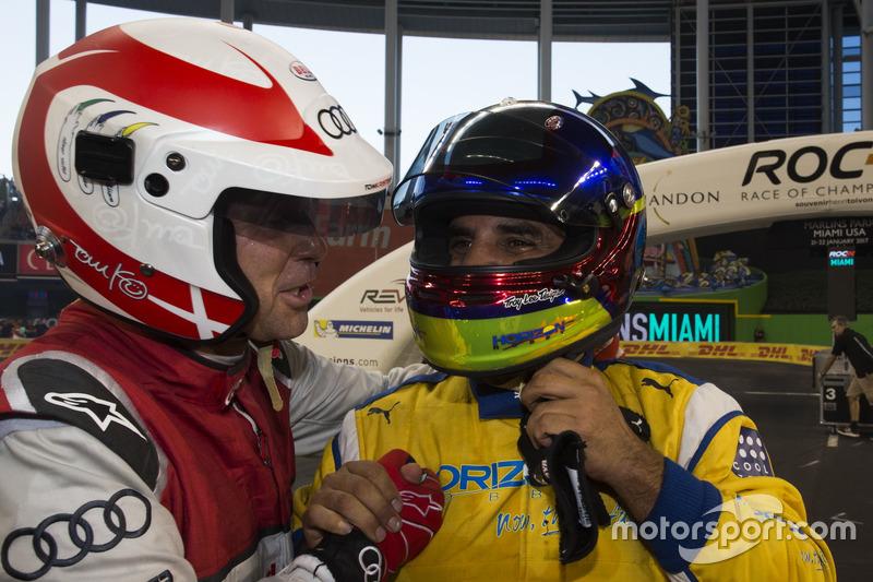 Campeón de campeones Juan Pablo Montoya, celebra con Tom Kristensen,