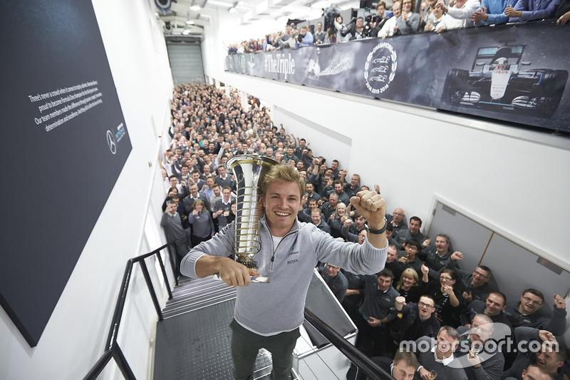 7: База Mercedes у Бреклі. Ніко Росберг, Mercedes AMG F1