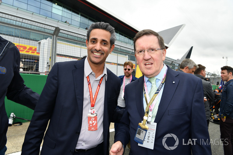 Director Ejecutivo del circuito internacional de Bahrein, Shaikh Salman bin Isa Al Khalifa y Lord Robertson