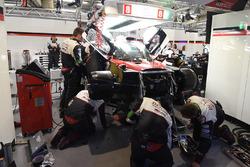 №8 Toyota Gazoo Racing Toyota TS050 Hybrid: Энтони Дэвидсон, Себастьен Буэми, Казуки Накаджима – ремонт