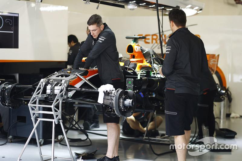 Сборка McLaren MCL32 в гараже