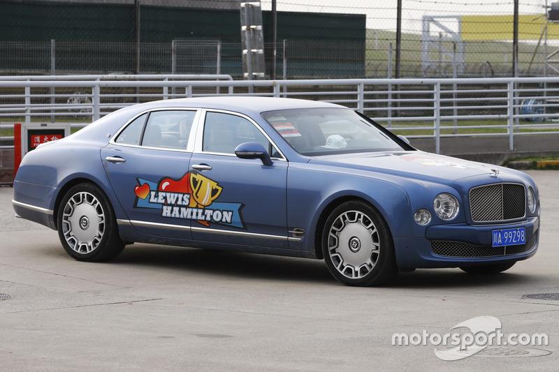 Автомобиль Bentley с наклейкой в честь Льюиса Хэмилтона
