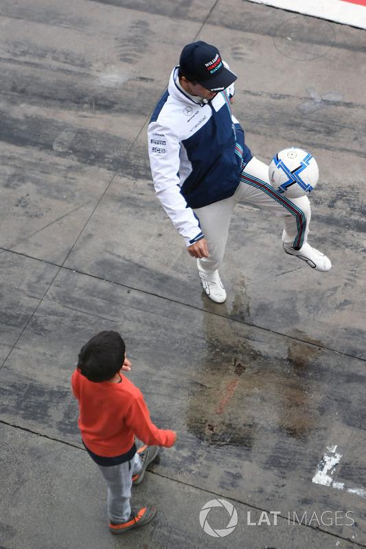 Felipe Massa, Williams plays football in pit lane, his Felipinho Massa
