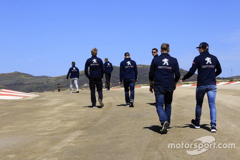 Team Peugeot-Hansen during track walk