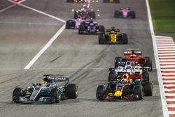 Lewis Hamilton, Mercedes F1 W08, passes Daniel Ricciardo, Red Bull Racing RB13, ahead of Felipe Massa, Williams FW40, Kimi Raikkonen, Ferrari SF70H