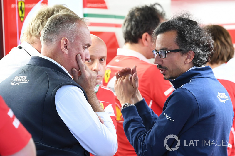 Делегат FIA з безпеки Лоран Мекі у гаражі Ferrari