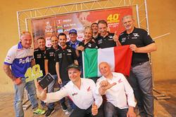 I piloti italiani posano all'evento del Dakar Tour a Milano