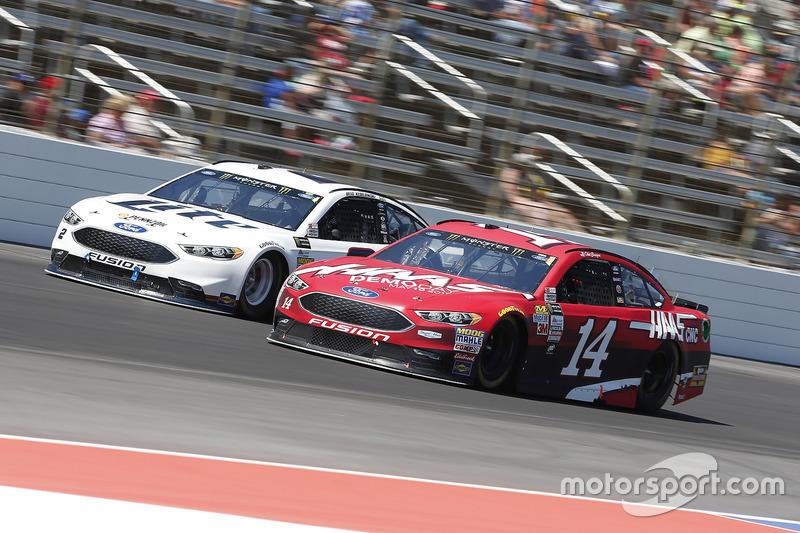Clint Bowyer, Stewart-Haas Racing, Ford; Brad Keselowski, Team Penske, Ford