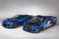 Chevrolet Camaro ZL1 für NASCAR-Saison 2018 mit der Straßenversion im Vergleich