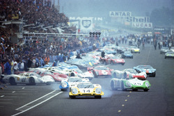 The last true Le Mans start: All drivers had sprinted to their cars with Rolf Stommelen, Porsche 917, in the lead, followed by Vic Elford's and Jo Siffert's Porsches LeMans 1969