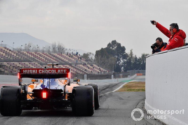 Des membres de Ferrari prennent Lando Norris, McLaren MCL34, en photo à la sortie de la voie des stands