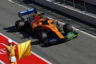 Carlos Sainz Jr., McLaren MCL34 and marshal with yellow flag