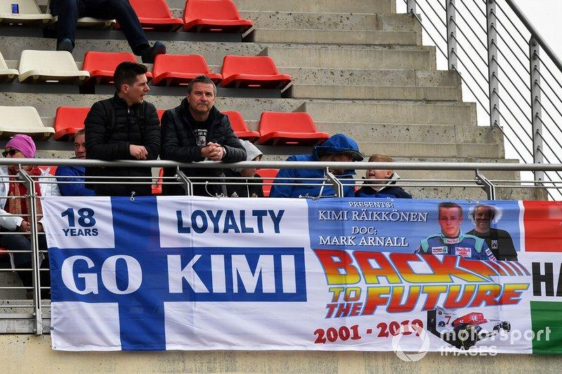 Kimi Raikkonen, Alfa Romeo Racing fans and banner