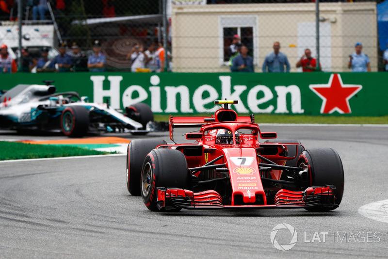 Kimi Raikkonen, Ferrari SF71H, y Lewis Hamilton, Mercedes AMG F1 W09