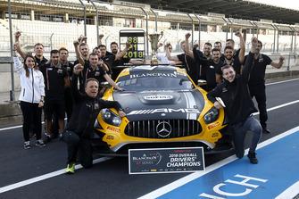 I vincitori #88 Akka ASP Team Mercedes-AMG GT3: Raffaele Marciello, Michael Meadows, con il team